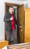 Turista che entra nella stanza dell'ostello Fotografie Stock