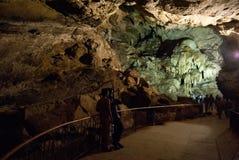 Turista che entra nelle caverne di Borra Fotografie Stock