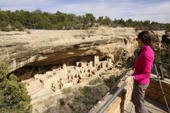 Turista che esamina Cliff Palace, Mesa Verde National Park, colore Immagini Stock Libere da Diritti