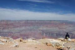 Turista che esamina grande canyon Immagini Stock Libere da Diritti
