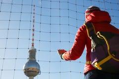 Turista che esamina la torre della TV, Fernsehturm, Berlino Fotografia Stock