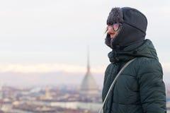 Turista che esamina vista panoramica di Torino Torino, Italia dal balcone qui sopra Orario invernale, alpi snowcapped nei precede Fotografia Stock Libera da Diritti