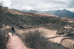 Turista che esplora il sito archeologico al Moray, la destinazione di viaggio nella regione di Cusco e la valle sacra, Perù Conce Immagini Stock Libere da Diritti