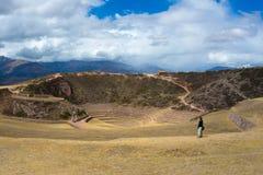 Turista che esplora il sito archeologico al Moray, la destinazione di viaggio nella regione di Cusco e la valle sacra, Perù Conce Fotografia Stock