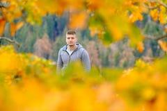 Turista che fa un'escursione nel parco nazionale della sequoia all'autunno Fotografie Stock Libere da Diritti