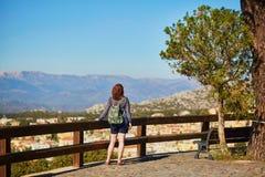 Turista che fa un'escursione in Sardegna, Italia Immagine Stock