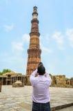 Turista che fotografa vecchia costruzione o struttura antica Immagine Stock