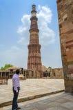 Turista che fotografa vecchia costruzione o struttura antica Immagini Stock Libere da Diritti