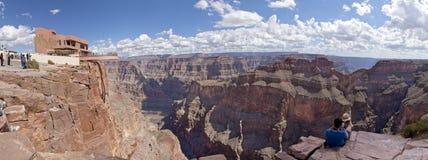 Turista che gode della vista dell'orlo ad ovest di Grand Canyon dallo Skywalk Fotografie Stock Libere da Diritti