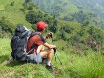 Turista che guarda alla valle Fotografia Stock Libera da Diritti