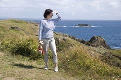 Turista che guarda l'oceano Immagini Stock