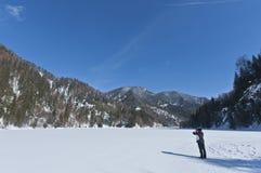 Turista che ha fotografato una montagna di inverno fotografia stock libera da diritti