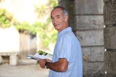 Turista che legge una guida immagine stock