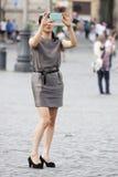 Turista che prende una foto con lo smartphone Fotografia Stock Libera da Diritti
