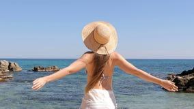 Turista che raggiunge la spiaggia e che respira aria fresca stock footage