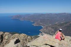 Turista che riposa e che guarda le montagne Immagine Stock Libera da Diritti