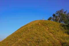 Turista che scala in cima alla collina Immagini Stock Libere da Diritti