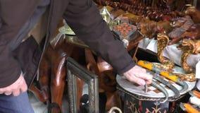 Turista che sceglie pugnale marocchino video d archivio