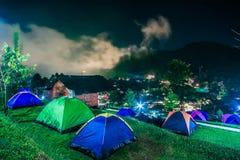 Turista che si accampa nella montagna Doi SureYa, Doi Inthanon, ChiangMai, della Tailandia - nebbiosa nella sera Fotografia Stock