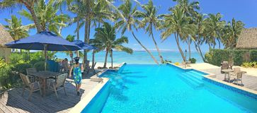 Turista che si rilassa in una località di soggiorno nel cuoco Islands di Rarotonga Fotografia Stock