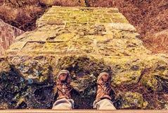 Turista che sta sull'alta parete di pietra, filtro giallo Immagine Stock