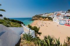 Turista che sunbatching alla spiaggia di Carvoeiro Fotografia Stock