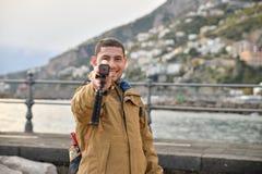 Turista che tiene una macchina fotografica Fotografie Stock