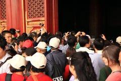 Turista chinês que luta por fotos na Cidade Proibida Imagens de Stock Royalty Free