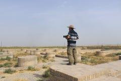 Turista chino en las ruinas del camino de seda Imagen de archivo