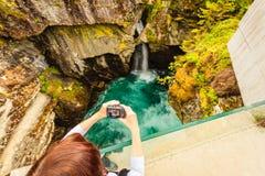 Turista com a câmera na cachoeira de Gudbrandsjuvet, Noruega Fotografia de Stock Royalty Free