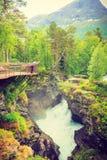 Turista com a câmera na cachoeira de Gudbrandsjuvet, Noruega Imagens de Stock Royalty Free