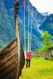 Turista com a câmera perto do barco velho de viquingue, Noruega foto de stock