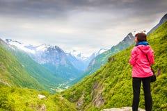 Turista com a câmera que toma a imagem nas montanhas Noruega Fotografia de Stock