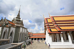 Turista com paisagem e pagodes em Wat Phra Kaew Fotos de Stock
