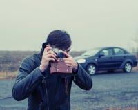 Turista com uma câmera do filme Fotografia de Stock