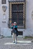 Turista com uma câmera no pátio do castelo de Peles em Romênia fotos de stock