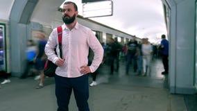 Turista com uma trouxa Cidade grande Estilo de vida Retrato beard metro Passagem de muitos povos por uma pessoa Movimento lento filme
