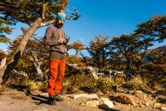 Turista com zangão em um fundo da paisagem da montanha patagonia Foto de Stock Royalty Free