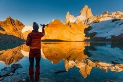 Turista con el abejón en un fondo del paisaje de la montaña patagonia Imagen de archivo libre de regalías