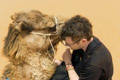 Turista con el camello en Sahara Desert, T?nez fotos de archivo