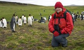 Turista con el rey pingüinos - Islas Malvinas Fotos de archivo libres de regalías