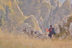Turista con gli zainhi su una traccia di montagna Immagine Stock