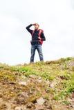Turista con la barba e zaino che guarda lontano fotografie stock libere da diritti