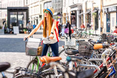 Turista con la bicicleta en la ciudad vieja Foto de archivo libre de regalías