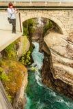 Turista con la cámara en la cascada de Gudbrandsjuvet, Noruega Imágenes de archivo libres de regalías
