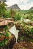 Turista con la cámara en la cascada de Gudbrandsjuvet, Noruega Imagenes de archivo