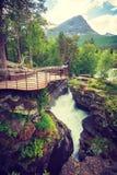 Turista con la cámara en la cascada de Gudbrandsjuvet, Noruega Foto de archivo libre de regalías