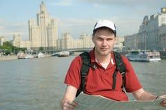 Turista con la correspondencia en Moscú Fotos de archivo