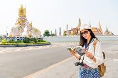 Turista con la guida di viaggio sul grande palazzo fotografia stock