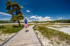 Turista con la macchina fotografica che fa un'escursione in Yellowstone Fotografie Stock Libere da Diritti